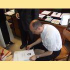 Le chancelier vérifie rapidement certains documents